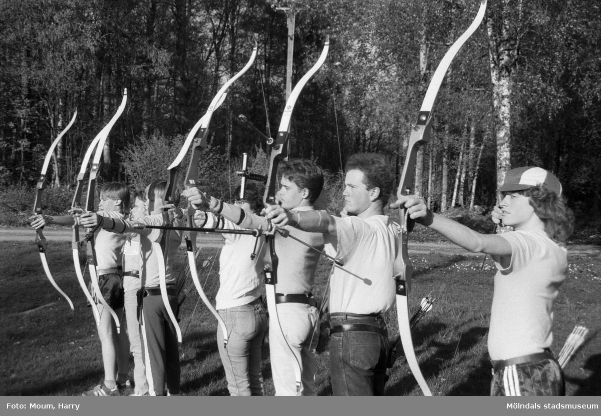 Bågskyttar i Lindome bågskytteklubb, år 1985.  För mer information om bilden se under tilläggsinformation.