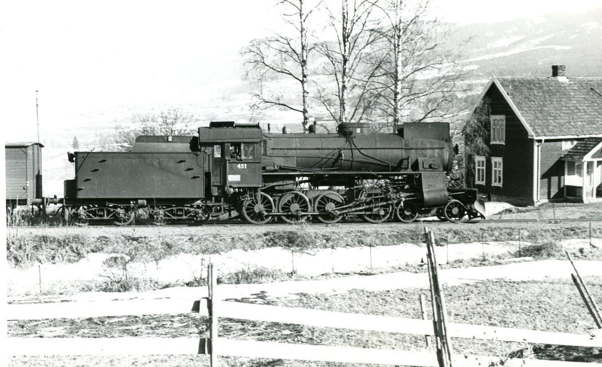 Damplok type 31b nr. 451 i godstog til Skreia fra Eina.