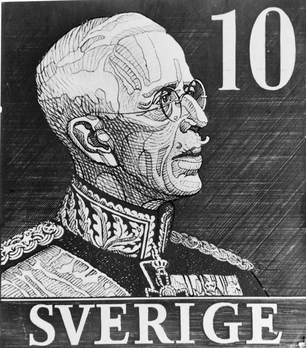 """Originalteckning till frimärket """"Gustaf V"""", utgivet 1939 med av gravören Sven Ewert markerade skuggpartier. Valör 10 öre."""