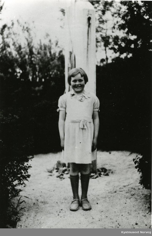 Randi Svendsgaard foran flaggstanga i hagen
