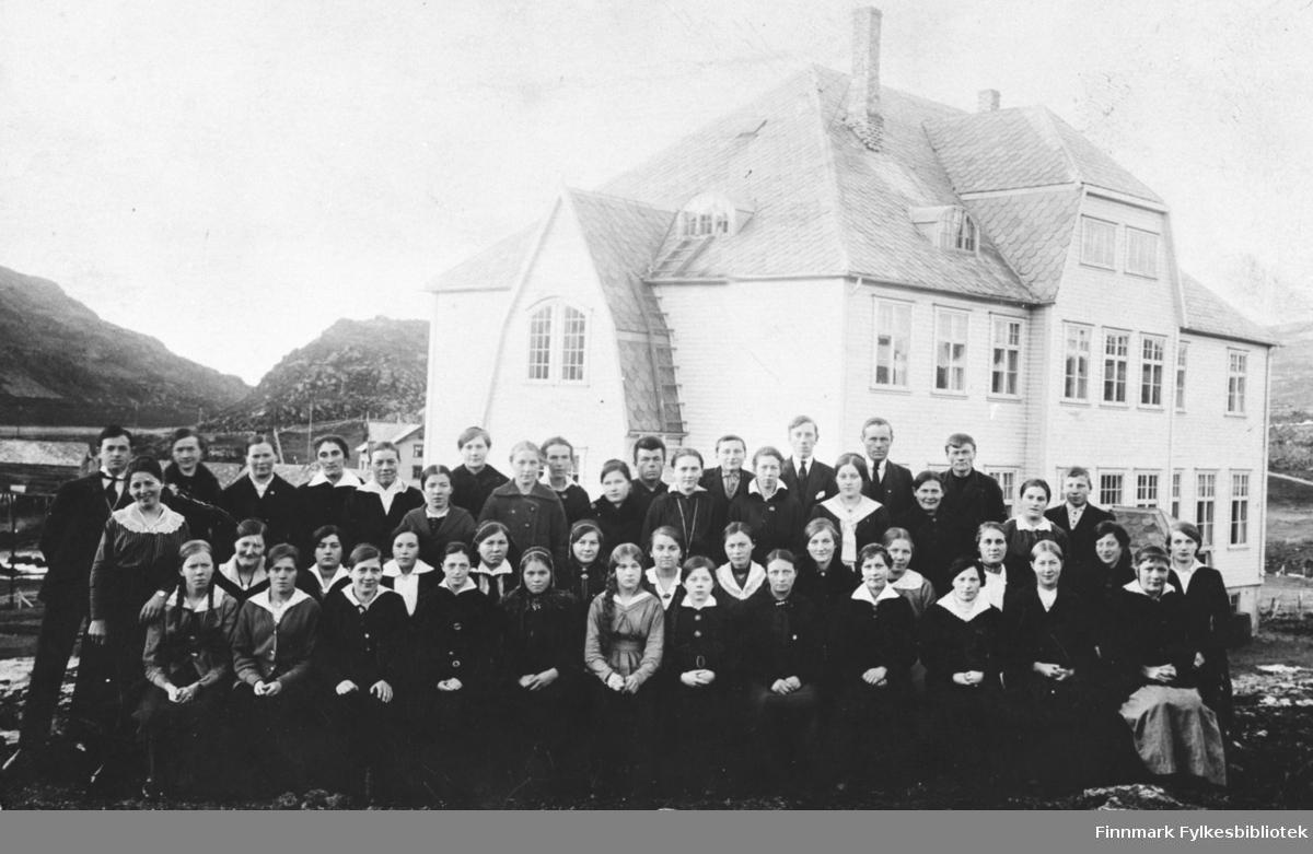 Gruppebilde av elever og lærere ved Øytun ungdomskole, ca 1920.