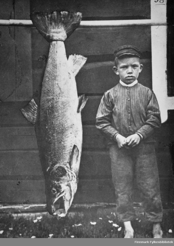 Rekonstruert bilde av Kristian Wisløff fra ca 1912. Bildet ble sendt til England på 1960-tallet i små biter og reparert der? Til venstre for Kristian ser vi en 58 punds laks fanget i Altaelva, trolig av Kristians far.