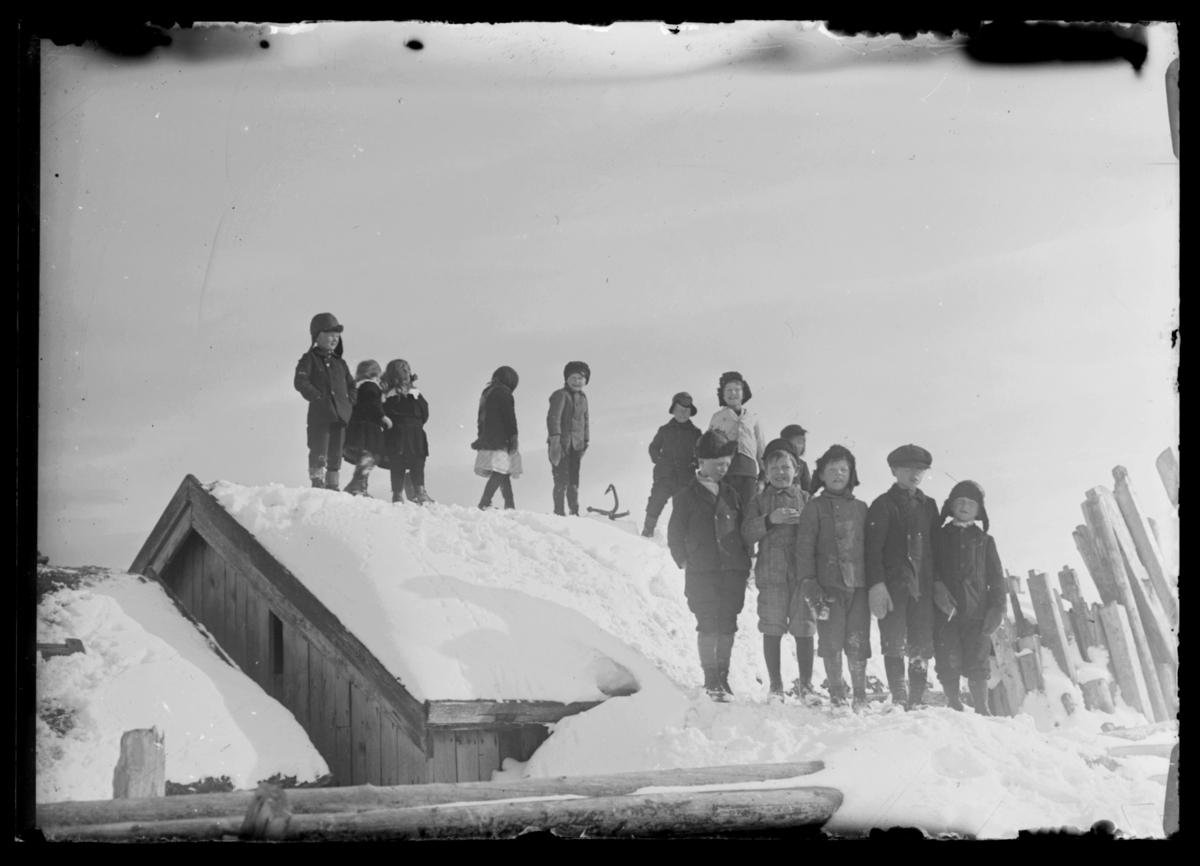 Barn på et snødekt tak i Hamningberg
