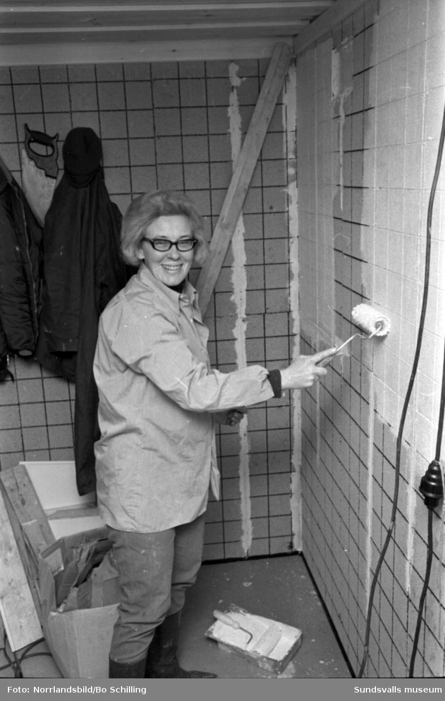 Ridskolan Svarta Hingsten i Kovland. Hästar, ridning och renoveringsarbete. Reportage till tidningen Land.