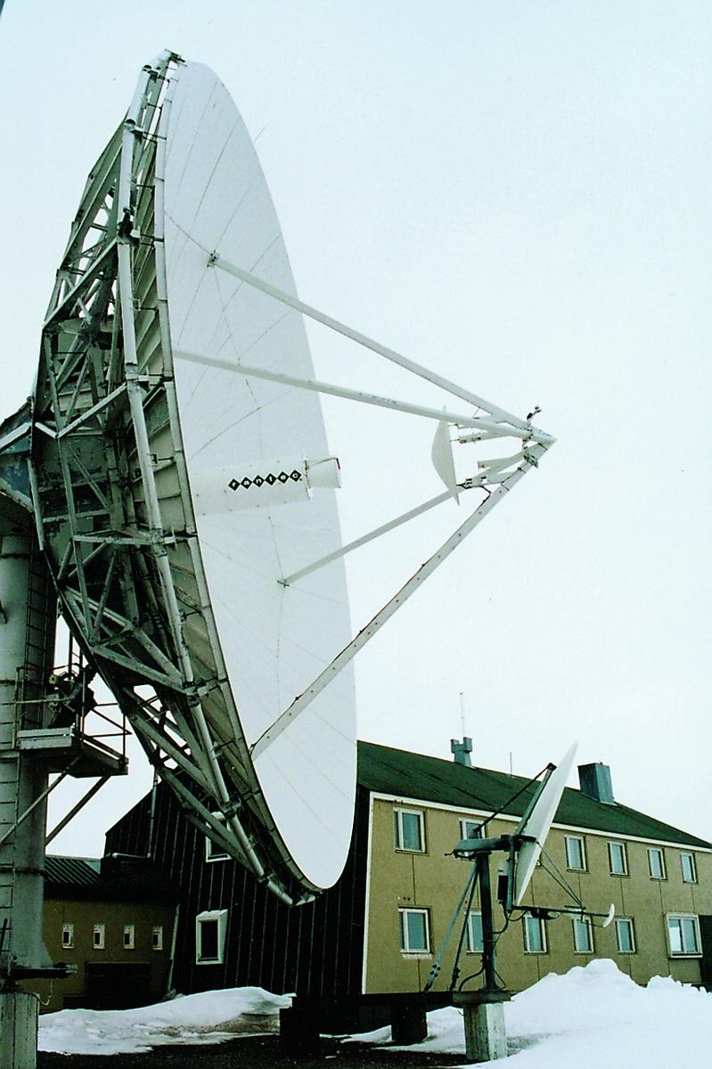 Isfjord radio, Spitsbergen: Parabolantenne på 13 meters bredde. Isfjord radio ble etablert i 1933, men ble fullstendig ødelagt av tyskerne i 1942. I 1946 ble stasjonen gjenoppbygd. Da polarflyvninger startet i midten av 1950-årene, ble stasjonen en viktig kontrollstasjon, blant annet for ruten over Nordpolen til Japan. Da stasjonen ble bygd opp som satellitt-jordstasjon i 1978-79, ble den tekniske fløyen mer enn fordoblet. I 1979 ble det montert en tretten meter parabolantenne som satellittsamband med Eik jordstasjon. Over dette sambandet ble Svalbard knyttet til det norske og internasjonale fjernvvalget i 1981.