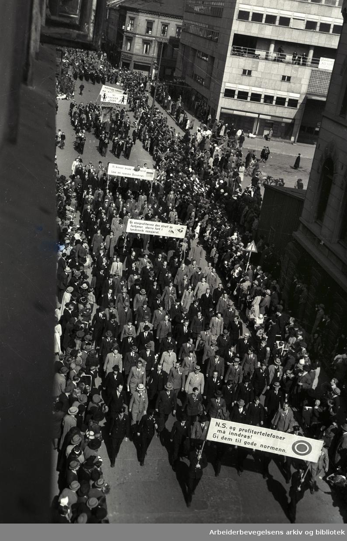 1. mai 1946, demonstrasjonstoget. Parolet: N.S. og profitørtelefoner må inndras! Gi dem til gode nordmenn.