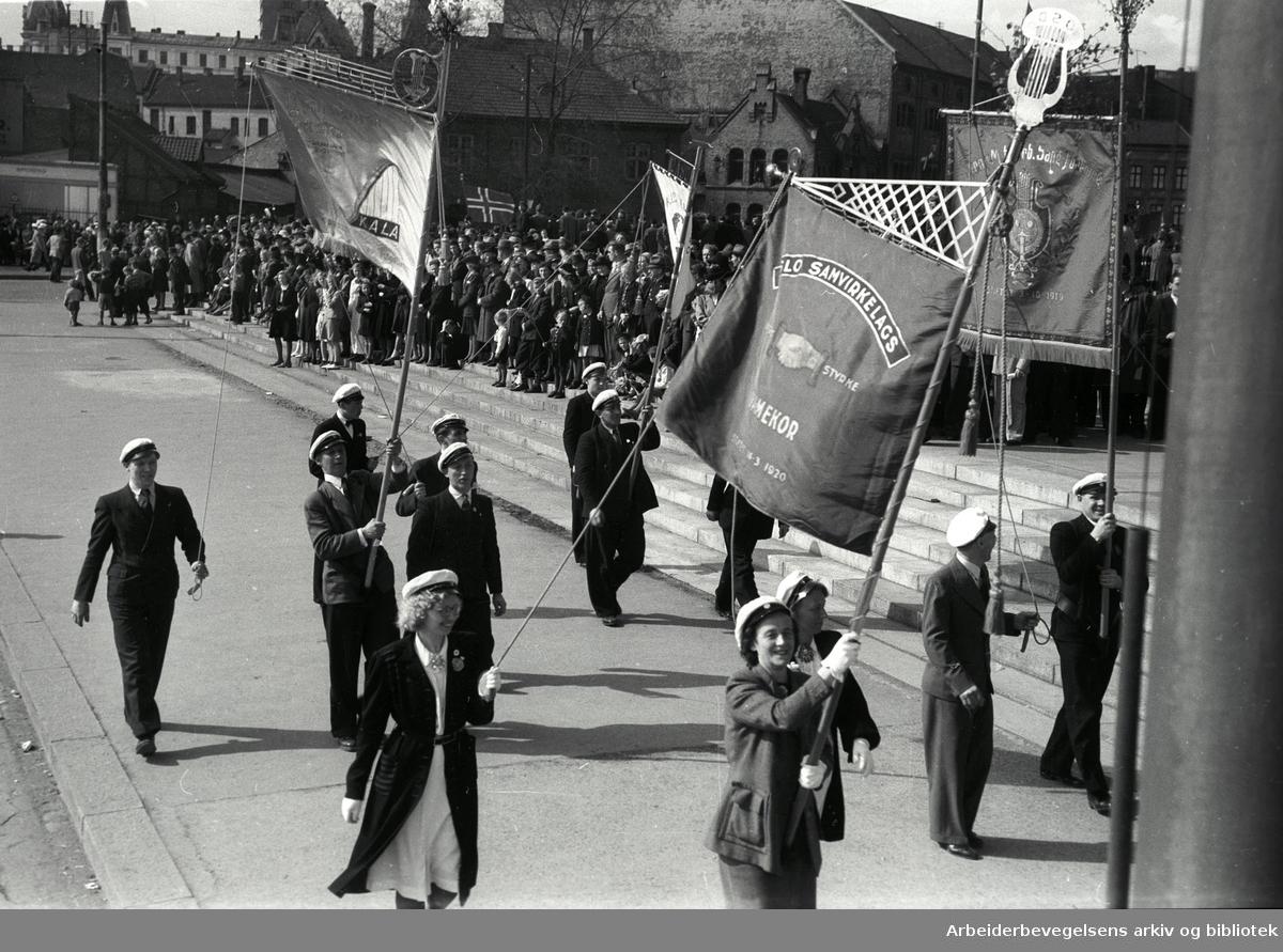 1. mai 1946, demonstrasjonstoget. Fane: Oslo Samvirkelags Damekor. Fane: Mannskoret, Skala.