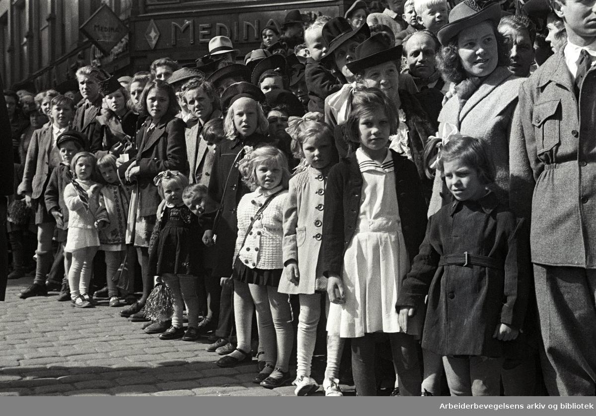 1. mai 1946 i Oslo, tilskuerne venter på demonstrasjonstoget.