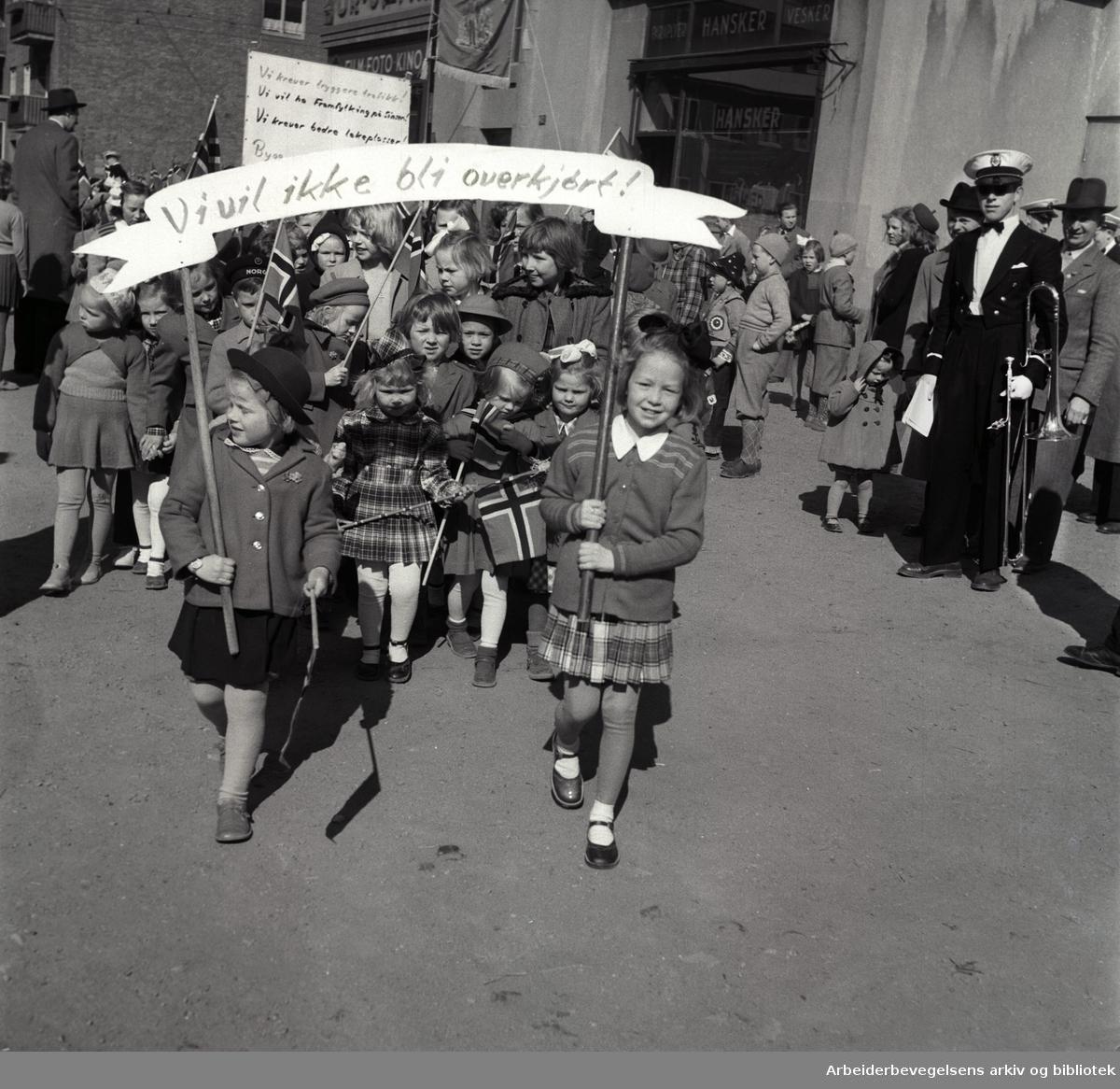 1. mai 1951, Oslo Framkrets. Barnetog i på vei til Dælenengen. Parole: Vi vil ikke bli overkjørt!