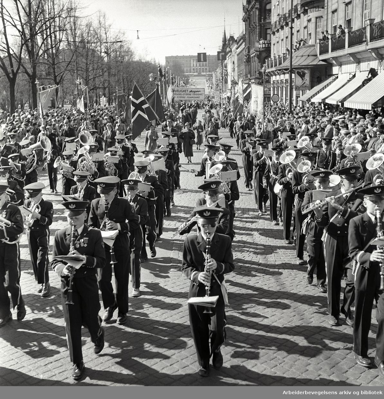 1. mai 1957 i Oslo.Demonstrasjonstoget på Karl Johans gate.