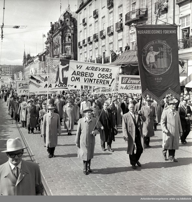 1. mai 1958 i Oslo.Demonstrasjonstoget på Karl Johans gate.Fane: Murarbeidernes forening.Parole: Vi krever arbeid også om vinteren!.
