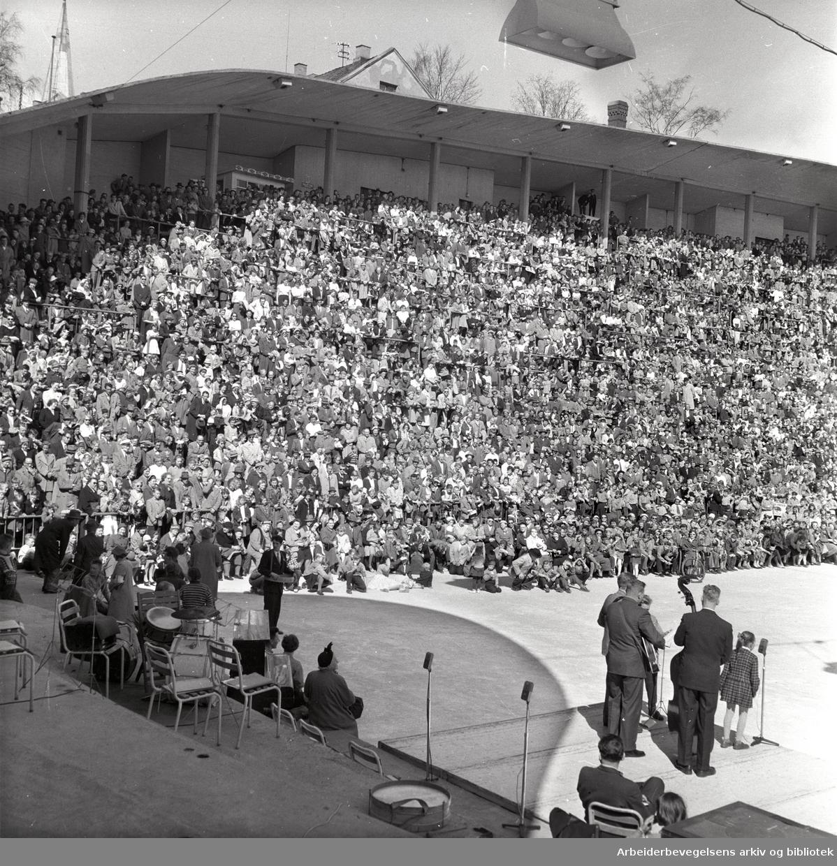 """1. mai 1958 i Oslo.Framfylkingens stevne på Jordal Amfi.""""Lille Grethe"""" synger.(Grethe Nilsen Grethe Kausland)."""
