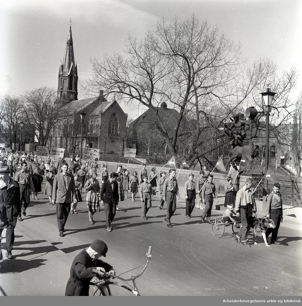 1. mai 1958 i Oslo.Framfylkingens tog over Ankerbrua...