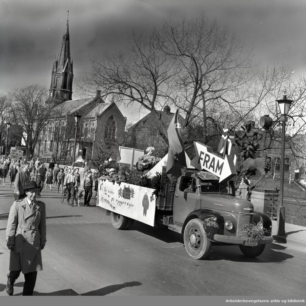 1. mai 1958 i Oslo.Framfylkingens tog over Ankerbrua....