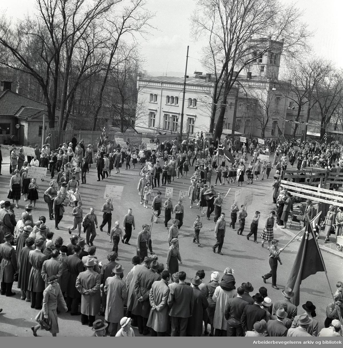 1. mai 1959 i Oslo.Framfylkingens tog forbi Spedbarnshjemmet i Åkebergveien..Parole: Bort med all regulering og tvang..Parole: Framlaget 25 år.