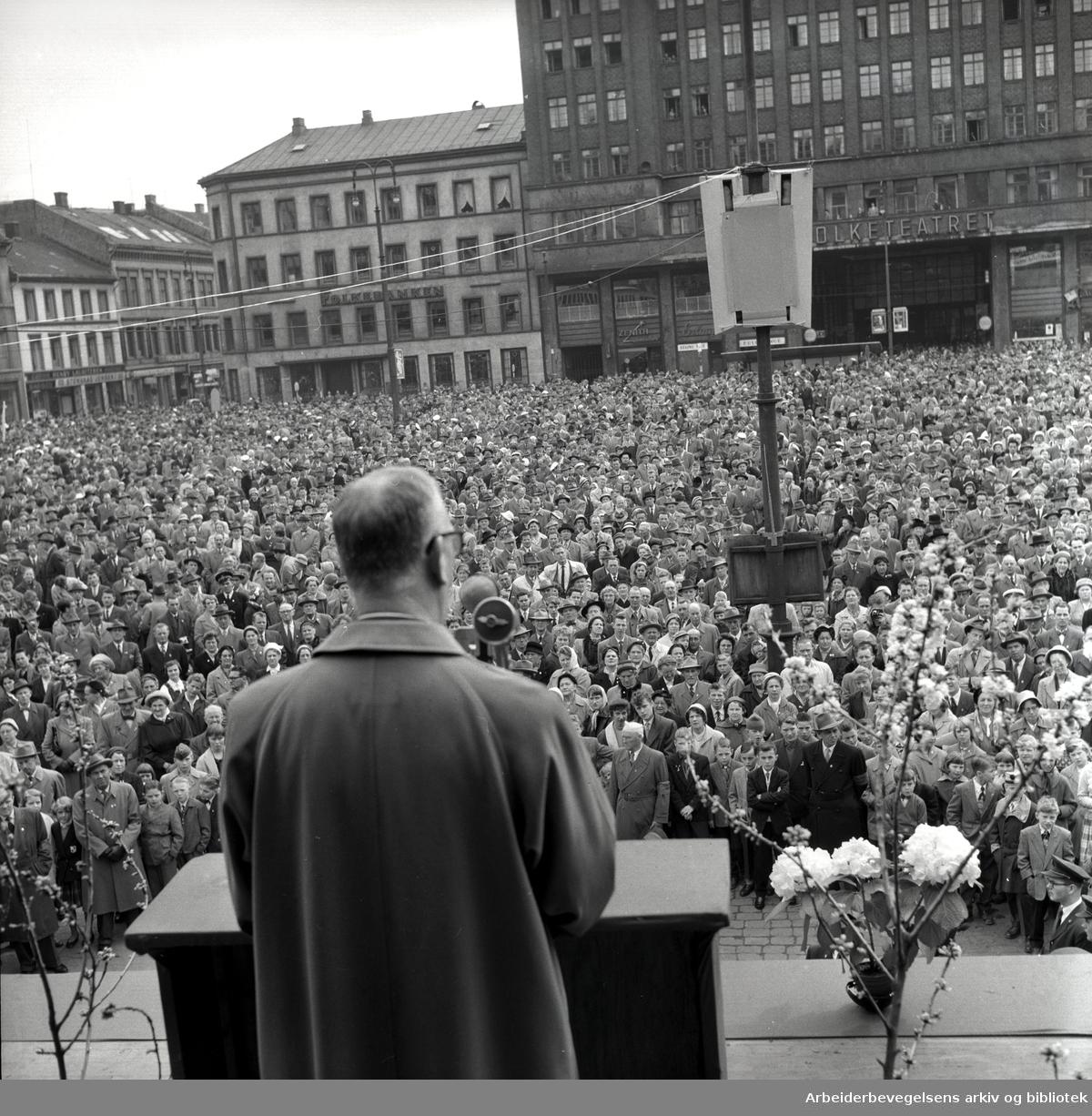 1. mai 1959, Nils Langhelle taler på Youngstorget.