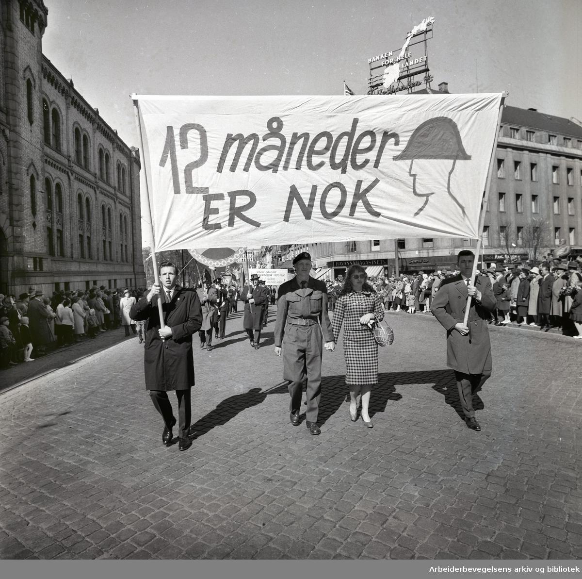 1. mai 1960 i Oslo.Karl Johans gate..Demonstrasjonstoget..Parole: 12 måneder er nok.Parole: Oslo Faglige Samorganisasjon 1920 - 1960 går i strid mot bedre kår!....