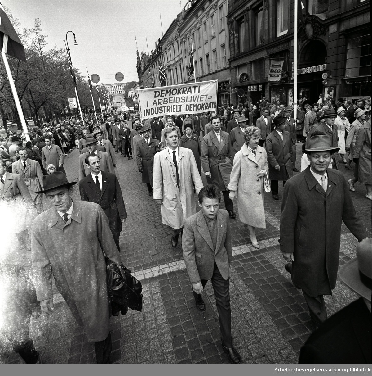 1. mai 1961 i Oslo.Demonstrasjonstoget i Karl Johans gate..Parole: Demokrati i arbeidslivet = industrielt demokrati...
