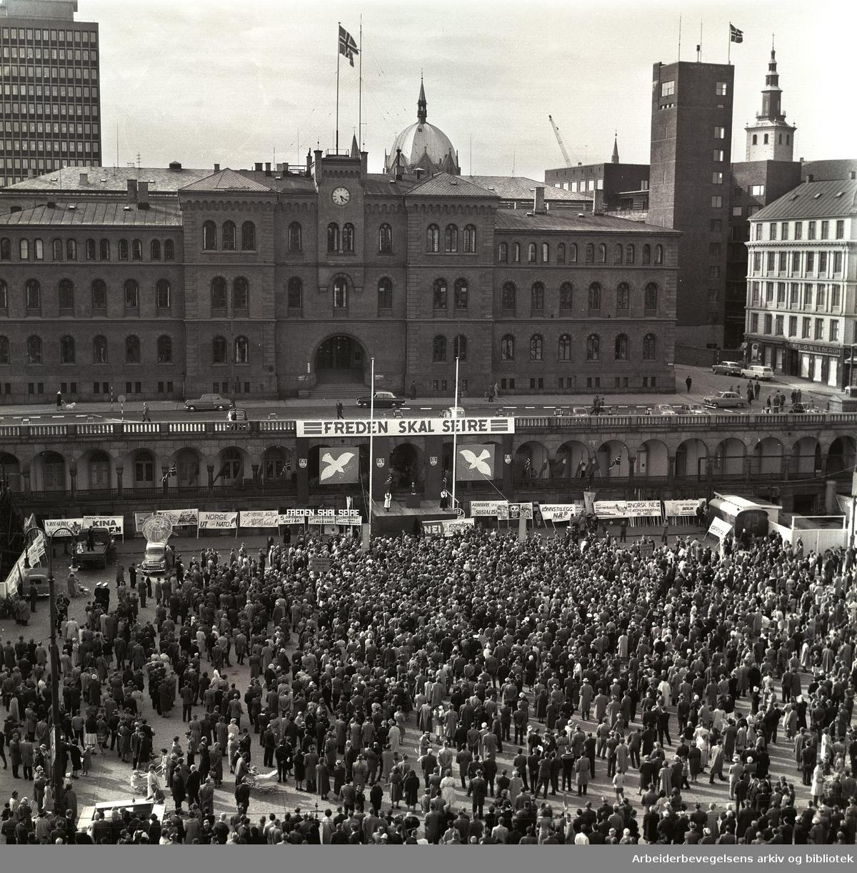 1. mai 1961, kommunistpartiets møte på Youngstorget. Parole: Freden skal seire.