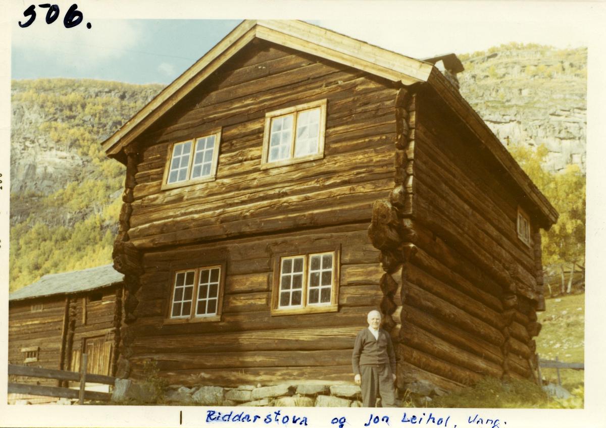 Jon Leirhol foran Riddarstøga, Vang i Valdres.