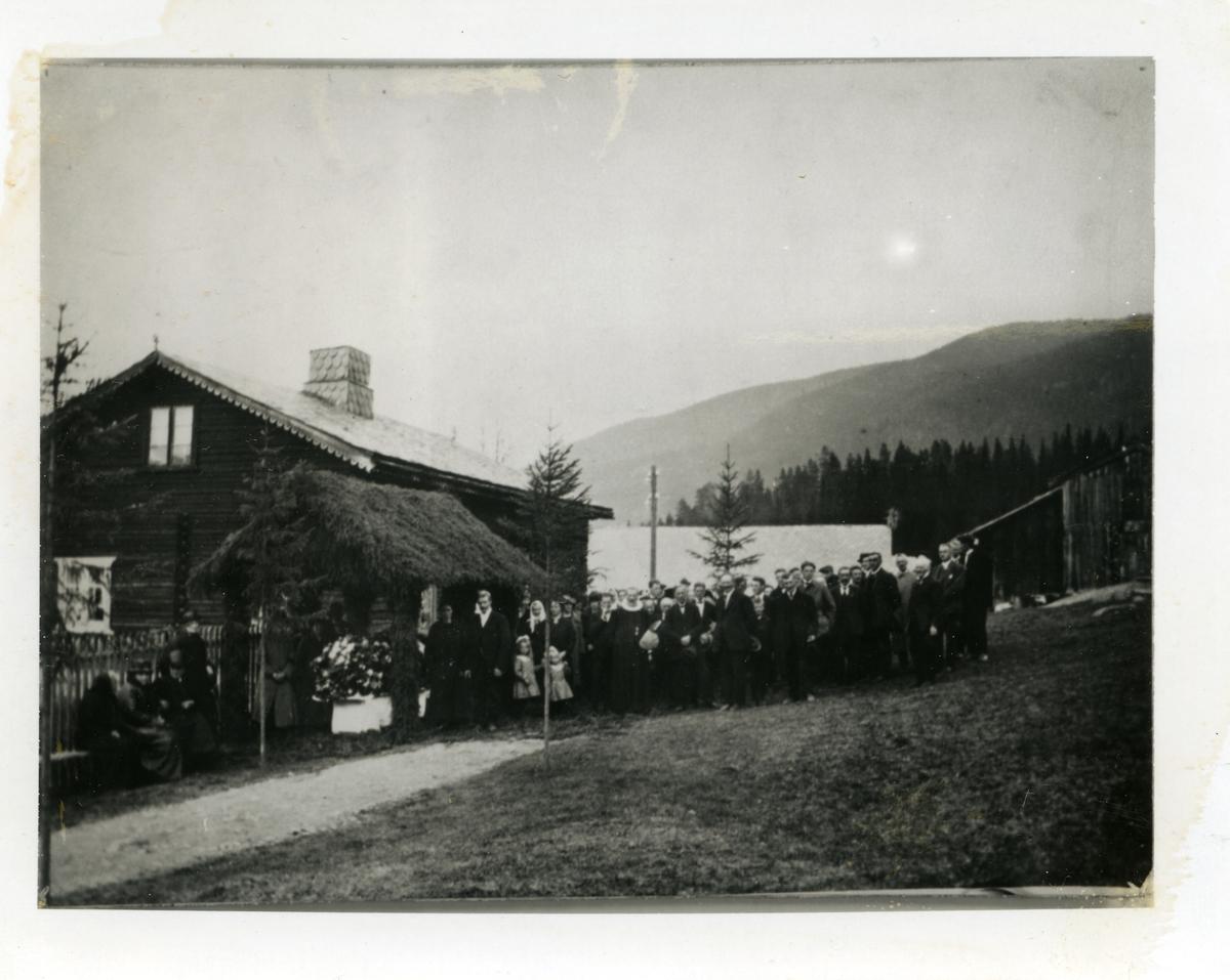 Gravferd etter Knut Syversen Knutslien (15.11.1847-12.05.1926). Bildet viser kista i barhytte på tunet i Søndre Knutslien, Nord-Aurdal.