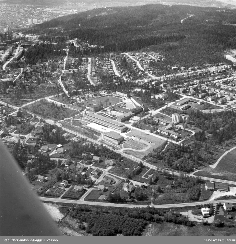 Flygfoto över Hagaskolan, Katrinelunds gymnasium och omgivande bebyggelse. Fotot är taget söderut med Norra berget och centrala Sundsvall i överkanten av bilden.