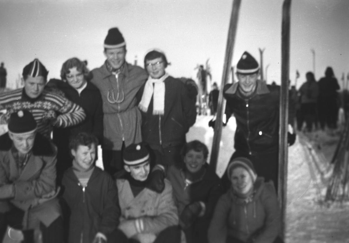 Flere personer poserer for fotografen i forbindelse med et skirenn. Noen av de er, bakerst fra venstre:  Odd Ivar Hoftaniska, Herdis (etternavn ukjent), Jan Roald Niskavara fra Golnes, Rigmor (etternavn ukjent), Svein Andreassen. I midten foran sitter Per Jonassen, til høyre for han på bildet sitter Grete Saxi og Kari Andreassen.