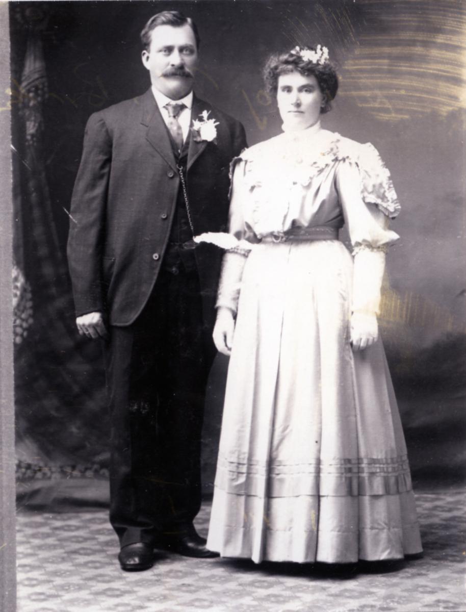 Portrett av Anne og John Bråten, Hedalen. Bryllupsbilde. 1908