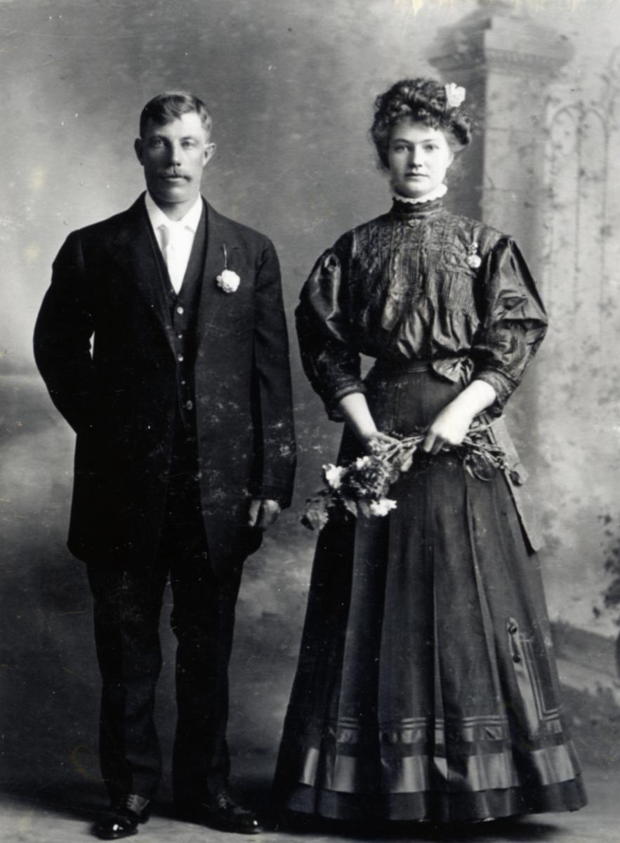 Brudebilde av Ragnhild og John Holdal. De utvandra til North Dakota i 1908.