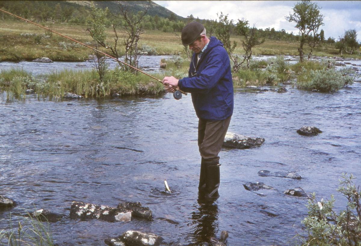 Fisken biter ved Litjkorssjøen. Os i Østerdalen. Jon Kverneng fisker.
