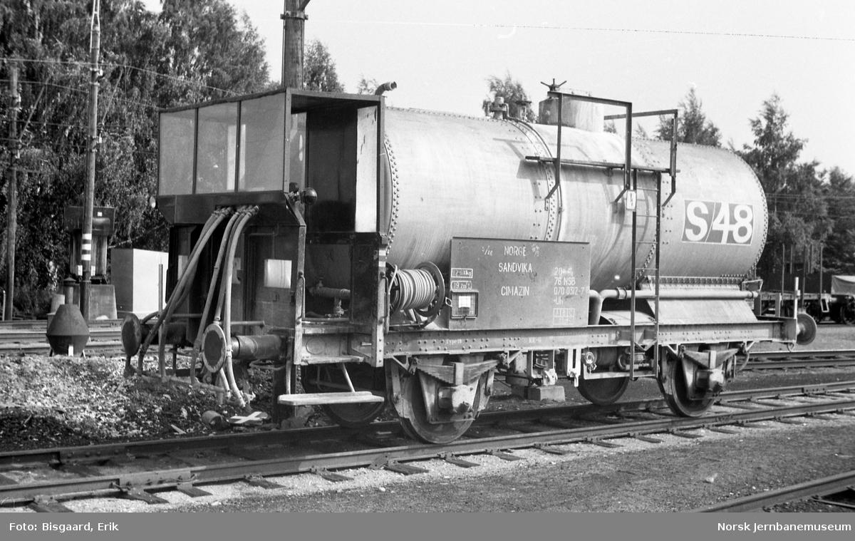 Tankvogn litra Uh nr. 070 0312 på Ski stasjon