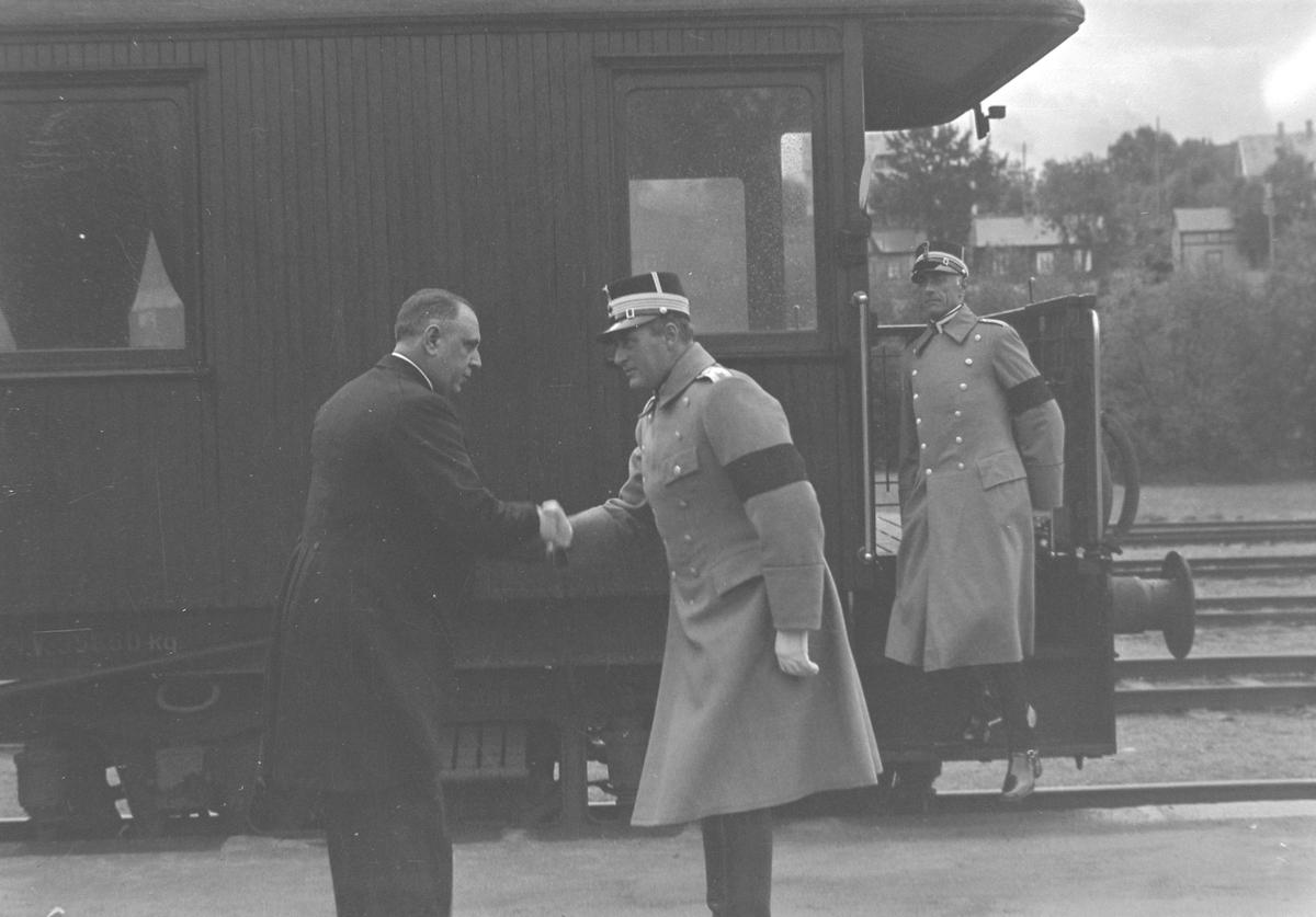 Jubileumsutstillingen i Levanger 1936 - kronprins Olav på jernbanestasjonen
