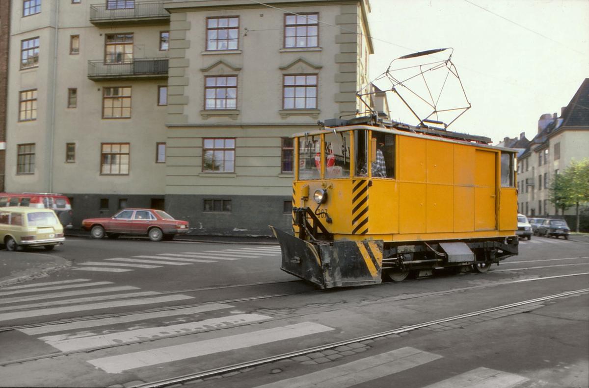 Oslo Sporveier. Arbeidsvogn 307 i Bentsebrugata, på vei til Sagene. Ombygd fra SS-vogn i 1957.