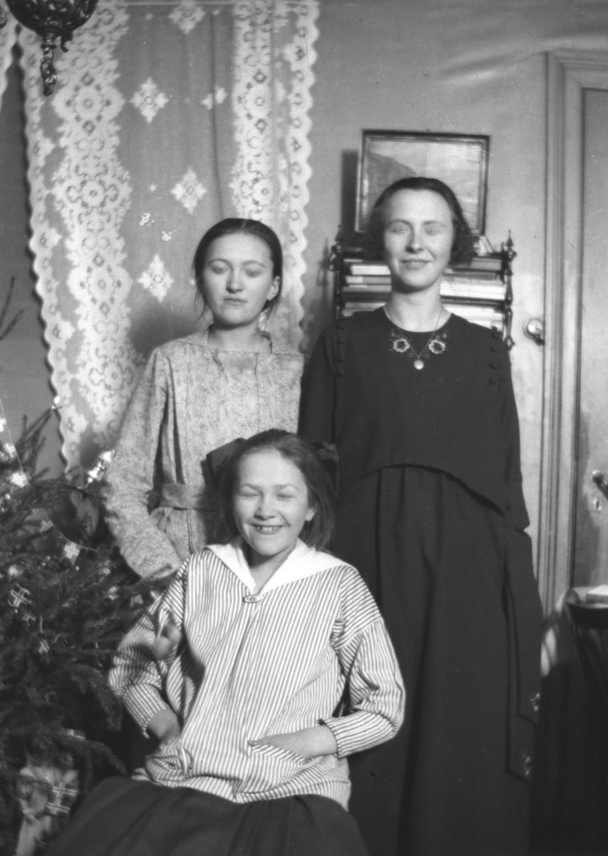 Jul i Bergen. På bildet er slektninger av Leif Hauge, navn ukjent.