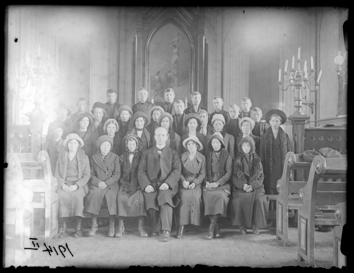 Konfirmanter, Vardø 1914. Bildet er tatt inne i kirka. Midt i første rekke presten Johan Oskar Grasmo