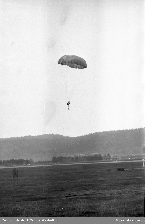 Flygdagen på Midlanda 1960 lockade storpublik då det bjöds på flyguppvisning, orkester, tal och fallskärmshoppning.