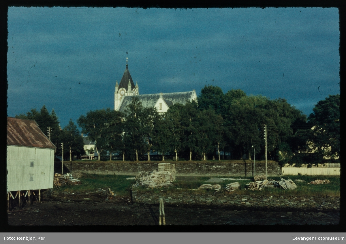 Levanger kirke og kirkemurene sett fra sundet.