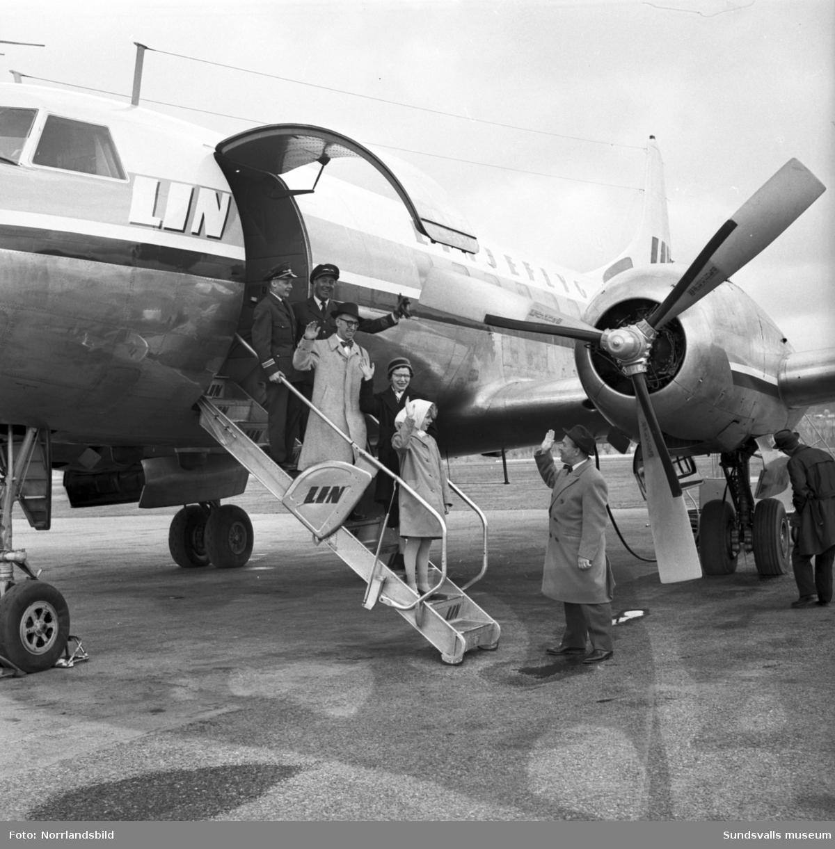 Bildserie som dokumenterar ett sällskap som gör en flygresa från Midlanda till Östersund.