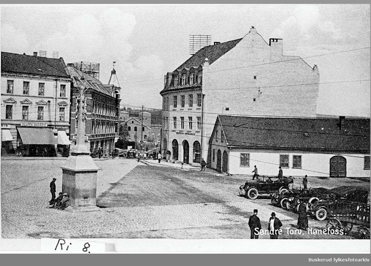 S.Torg. Hønefoss bryggeri til høyre.Dosjeholdeplassen foran bryggeriet