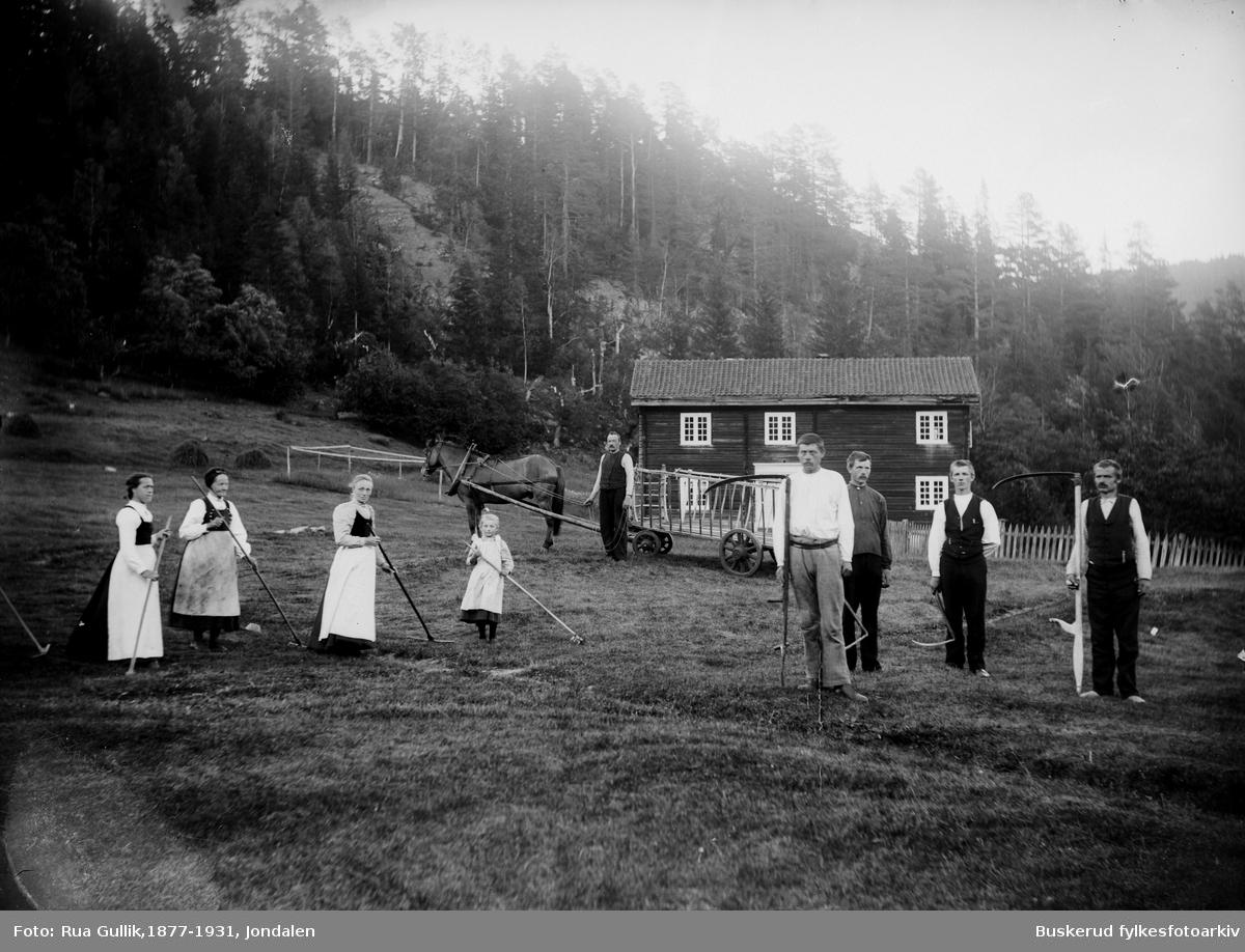 Jørisdal gård Hovin Telemark. Gammel lensmannsgård og tingsted. Det er en gammel tingstue på gården. Foto 1896
