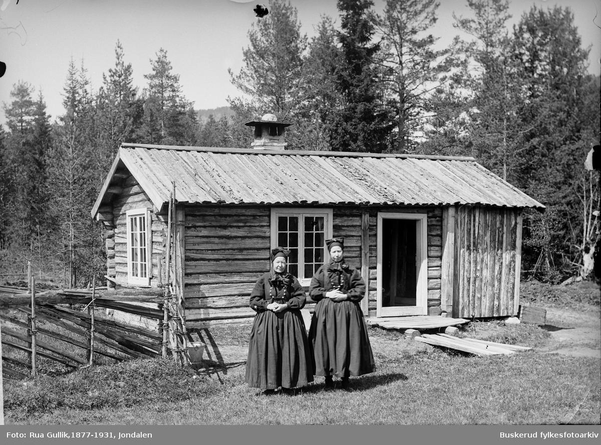 Dette er Maret eller( Marit ) Aasen (1848-1935 og søstera Kari Aasen (1835-1911) Fra Flesberg.  Foto 1899