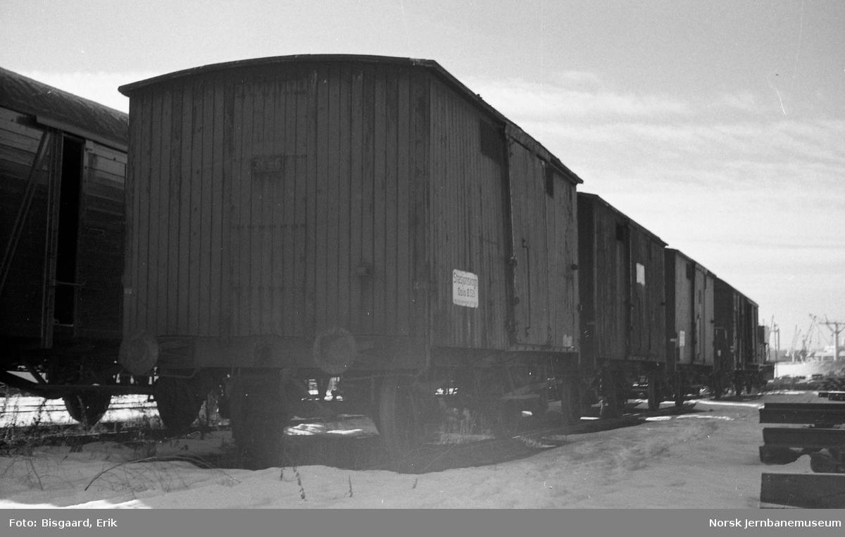 Lukkede godsvogner litra G3 nr. 3196 og 6130 som stasjonsvogner på Loenga