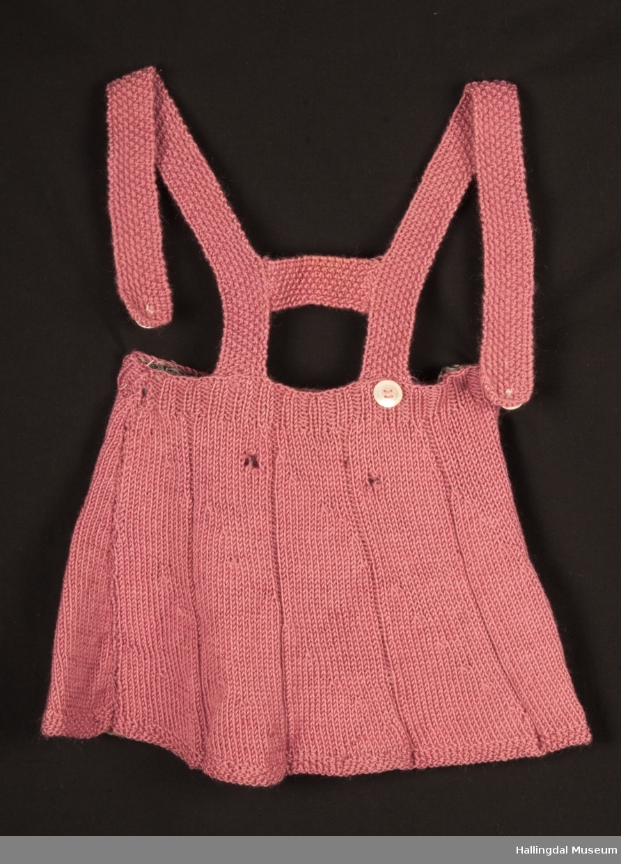 055bbc16074a Hjemmestrikket kjole med seler. To knapper i front