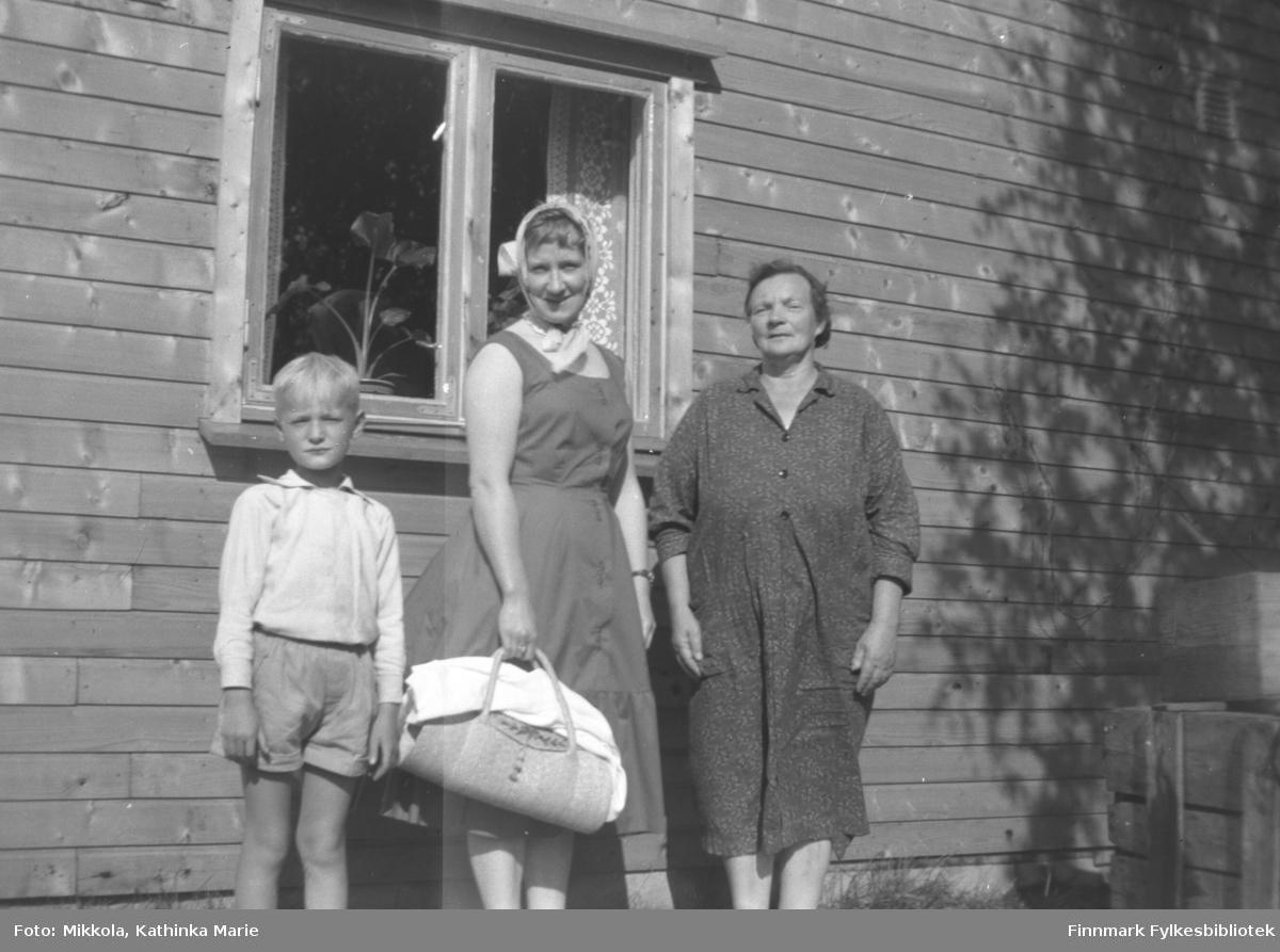 Fra venstre: Sture Olsen Lie, Herlaug Mikkola og Sigrid Arvola. Bildet kan være tatt i Kirkenes
