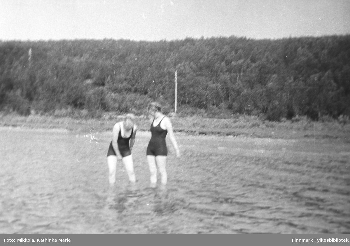 Badeliv i Neidenelva ved Mikkelsnes, 1937. Kvinnene er antakelig to av Mikkola-søstrene, men det er vanskelig å se akkurat hvem de er