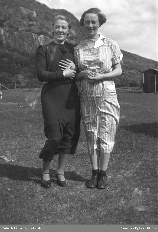 Venninnene Synnøve Mikkola (til venstre) og Nelly Guvåg fotografert på Mikkelsnes