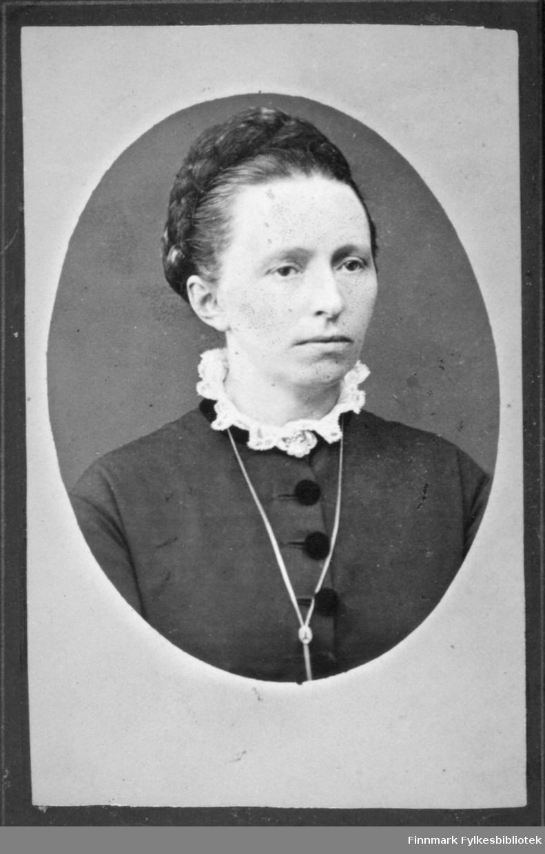 Portrett av en dame i mørk bluse med store sorte knapper. Rundt halsen har hun en blondekrage og et smykkke hengende. Portrettet er tatt hos C. L. Jacobsen atelier i Stavanger.