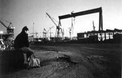 Varvsarbetare ser på sin arbetsplats efter nedläggningsbeske