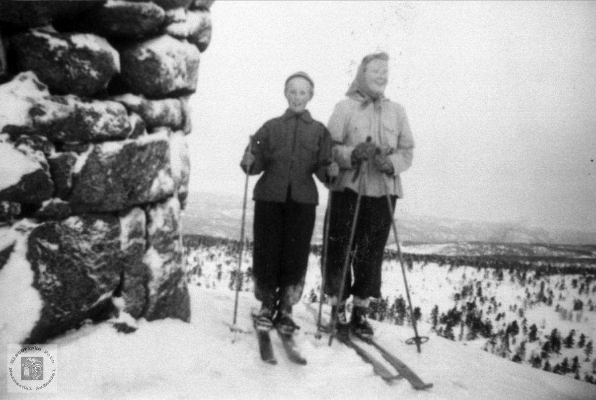Leiv og Marie Bruskeland på skitur til Skogknuten