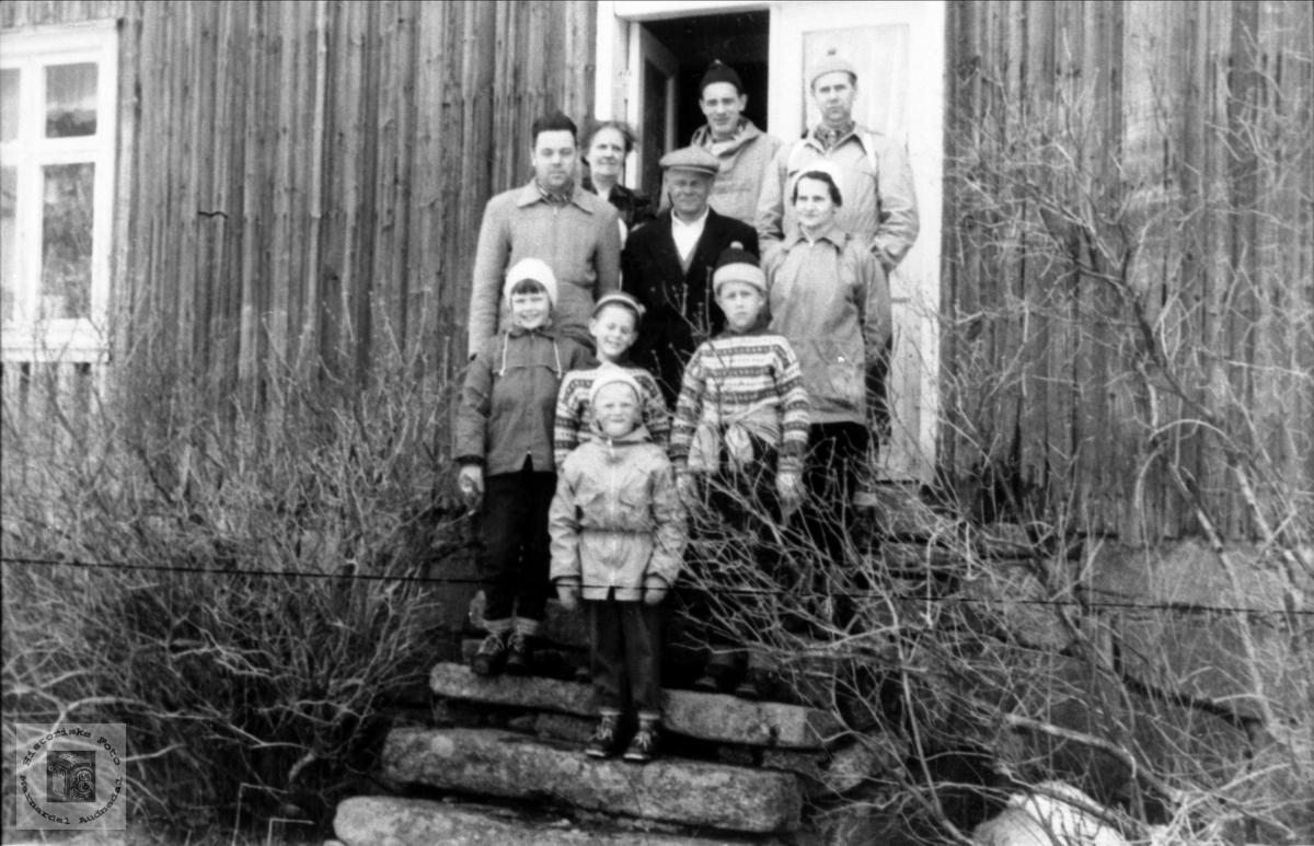 Venner på Røynesdalstur. Brukerkommentar september 2020:  De tre ukjente er Olav Stensland, Gladys Stensland og deres datter, Doris.
